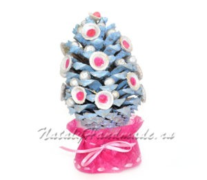 Синяя-елка из шишек