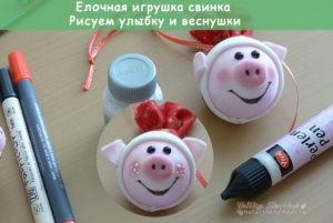 Елочная-инрушка-свинка-Рисуем-улыбку-и-веснушки